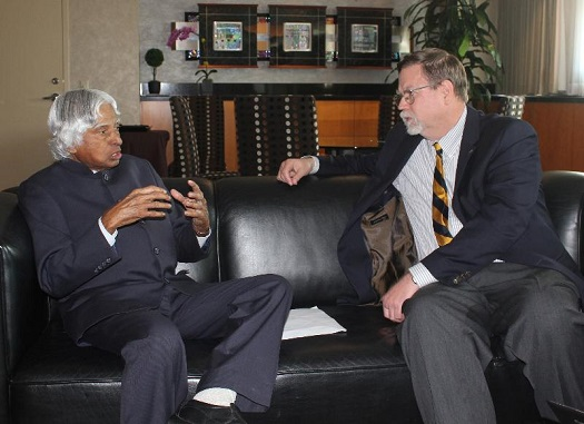 Dr. A. P. J. Abdul Kalam and NSS Chairman Mark Hopkins discuss joint statement at the 2013 International Space Development Conference. (Credit: NSS)