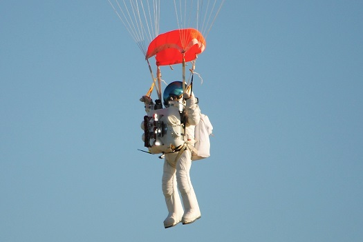 Alan Eustace parachutes back to Earth after record-breaking jump. (Credit: Paragon Space Development Corporation)
