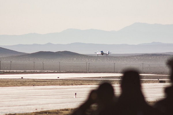 SpaceShipTwo comes in for a landing at the Mojave Air and Space Port. (Credit: Kenneth Brown)